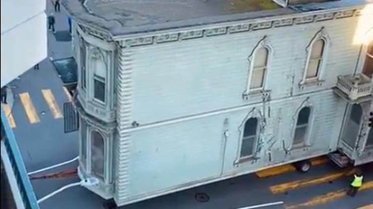Dwupiętrowa zabytkowa willa... przejechała ulicami San Francisco