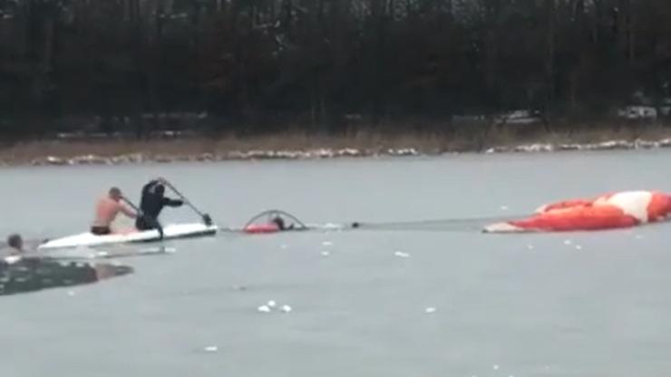 Jezioro Jezuickie. Paramotolotniarz wpadł do lodowatej wody. Uratowały go morsy