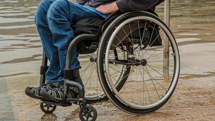 Niepełnosprawny nastolatek zostawiony na mrozie w Holandii. Porzuciła go rodzina