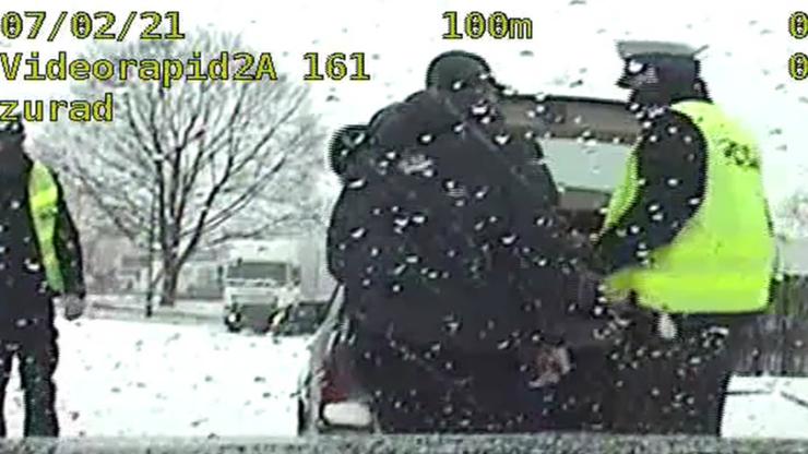 Z bagażnika spoglądał na nich mężczyzna. Policja zatrzymała auto