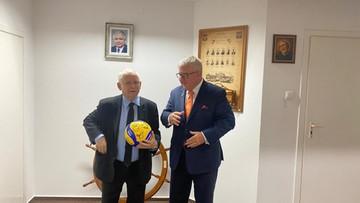 Czarnecki spotkał się z Kaczyńskim. Wręczył mu nietypowy prezent
