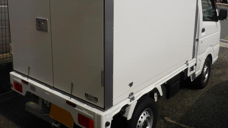 Przemytnicy porzucili ciężarówkę chłodnię z migrantami w środku. Siedem osób nie przeżyło