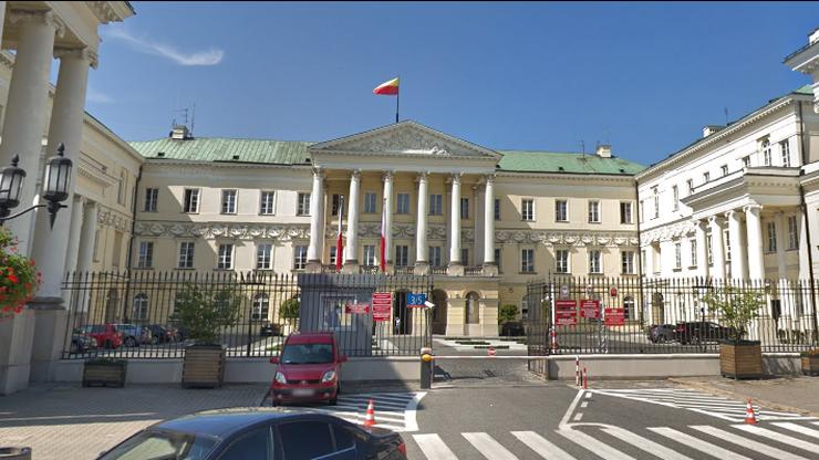 Zarobki dyrektorów z warszawskiego ratusza. Więcej niż prezydent i premier