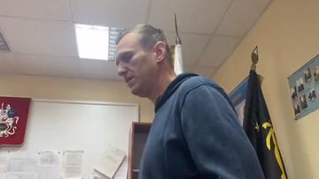 """Nawalny opublikował wideo z komisariatu. """"Nie rozumiem, co się dzieje"""""""