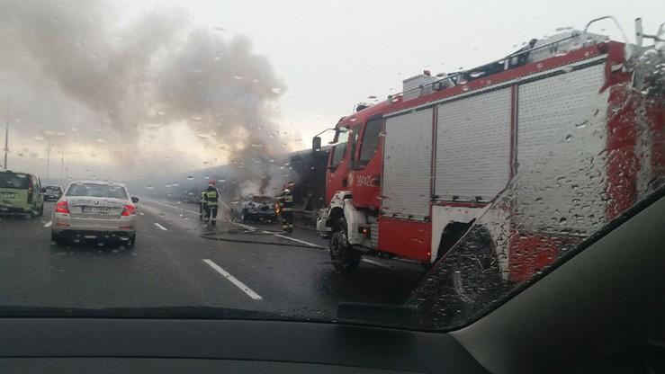 Samochód zapalił się na autostradzie A8 pod Wrocławiem. Interweniowali strażacy